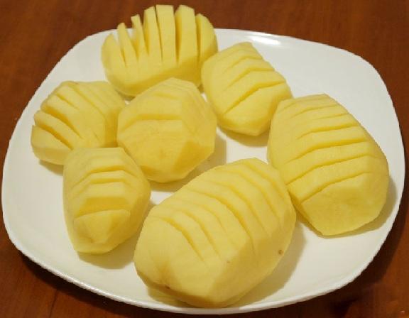 фото картофеля, нарезанного гармошкой