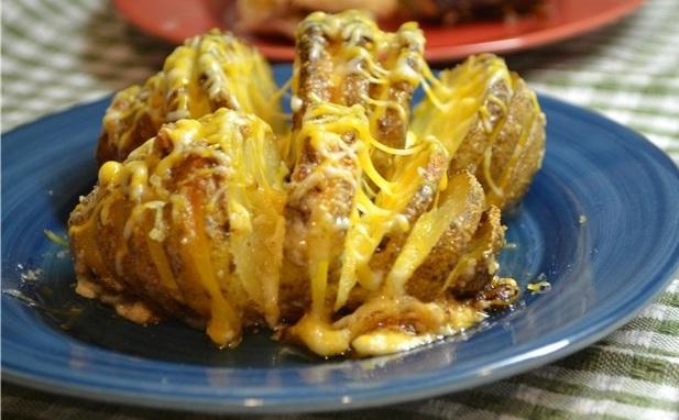фото готовой картошки-гармошки с салом и сыром