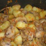 как тушить картошку с грибами в мультиварке фото