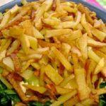 салат с картофелем фри и сыром