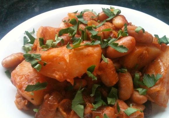 фото готовой тушеной картошки с фасолью