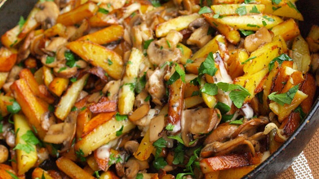 фото картофеля с белыми грибами на сковородке