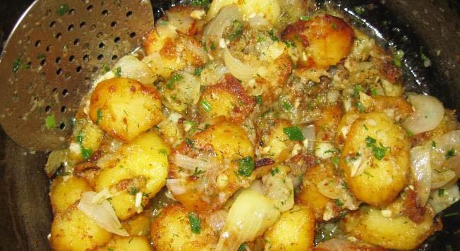 фото готовой картошки в казане с луком