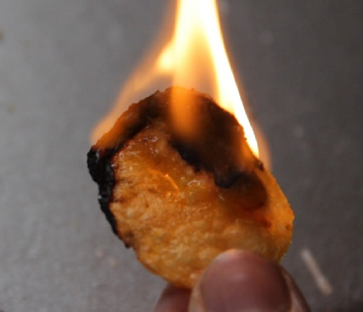 фото горящих картофельных чипсов