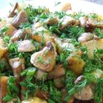 фото жареных маслят с картофелем и луком, посыпанных зеленью
