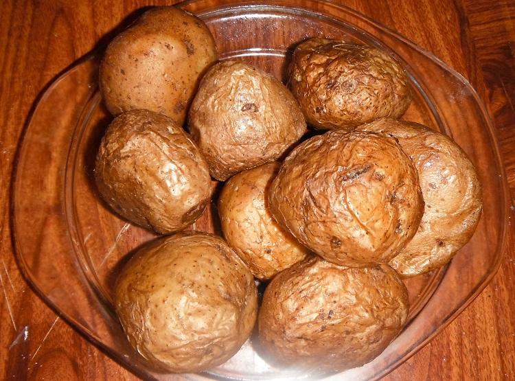 фото готовой картошки в мундирах в микроволновке