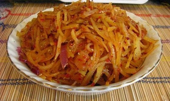 Салат из сырой картошки с мясом