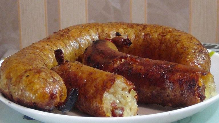 фото готовой картофельной колбасы на тарелке