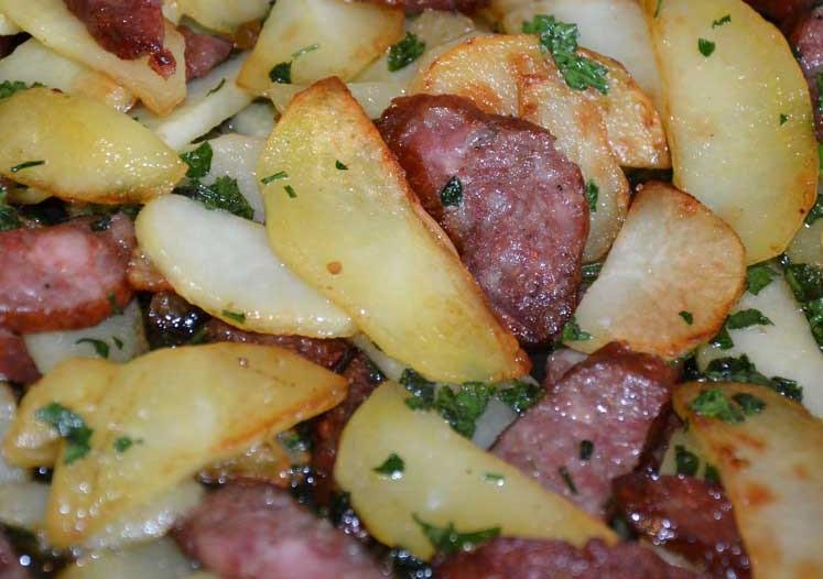 фото жареной картошки с колбасой на сковородке