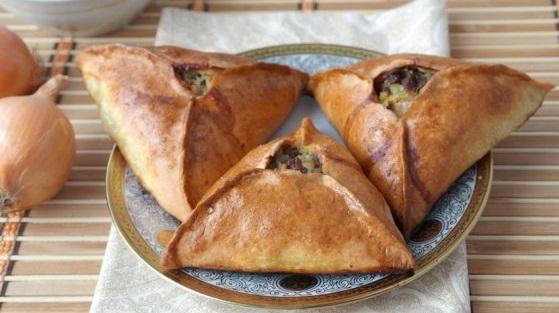 фото готовых треугольных татарских пирожков с мясом и картошкой