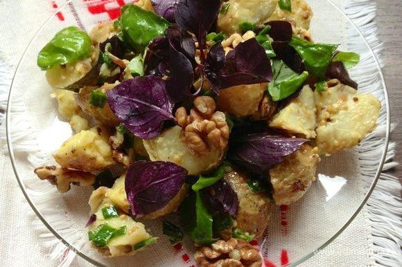 фото салата с картошкой, грецкими орехами и базиликом
