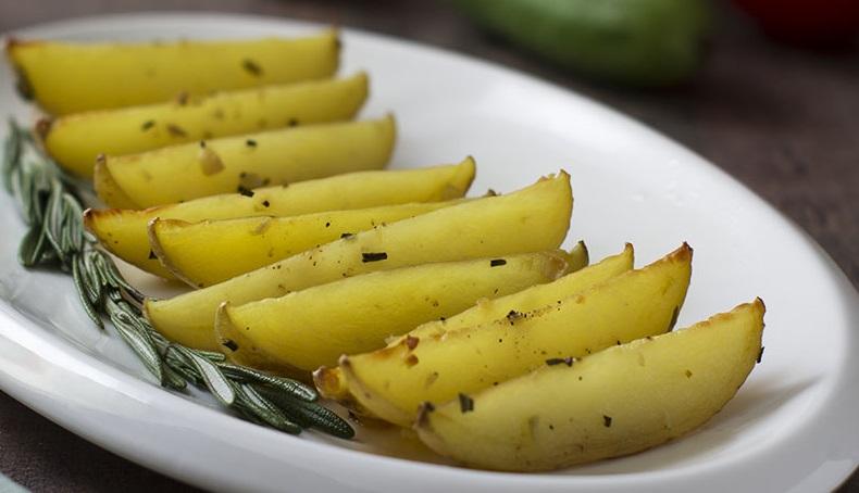 фото картофеля с розмарином и чесноком в духовке