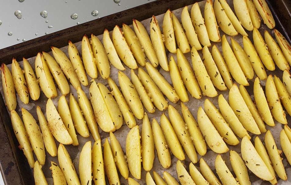 фото картошки с розмарином и чесноком перед запеканием