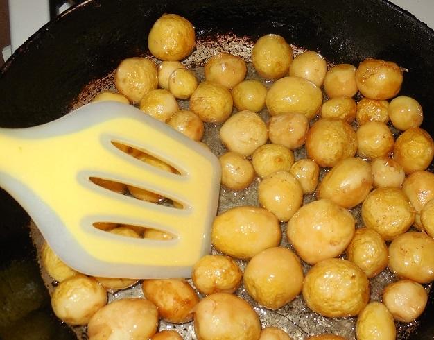 фото процесса жарки нечищенной молодой картошки