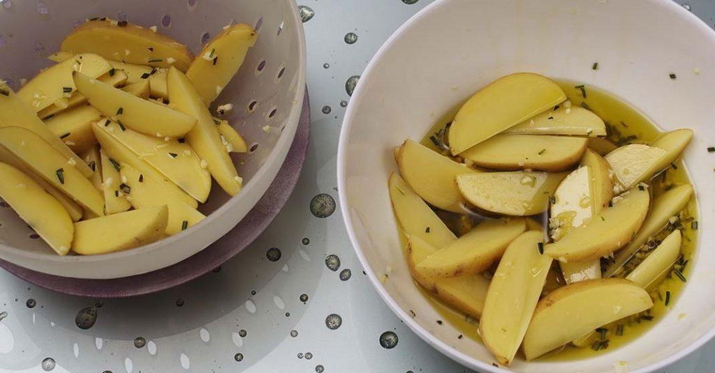 фото процесса пропитки картофеля с розмарином и чесноком