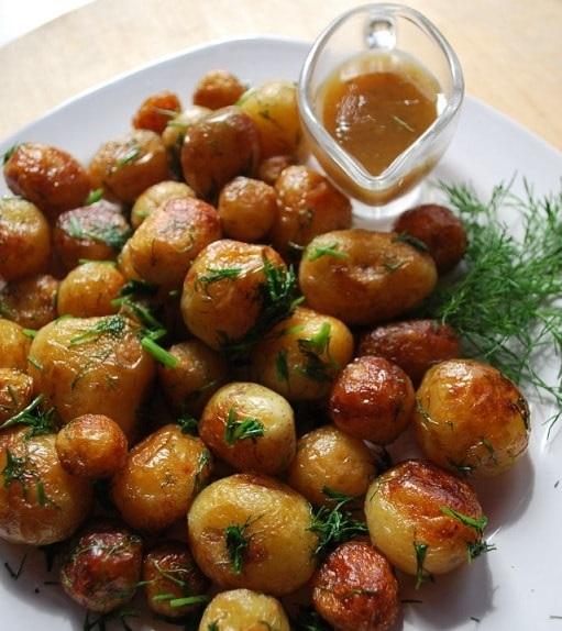 фото целиком жареной молодой картошки на сковородке