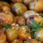 фото жареного молодого картофеля с чесноком и укропом