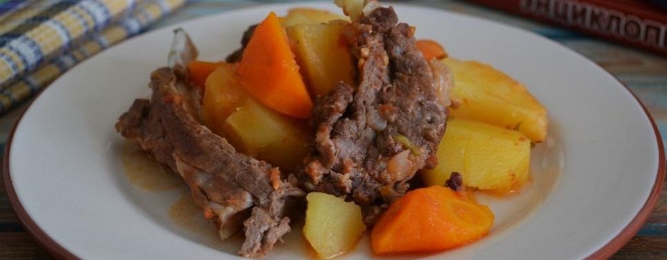 фото готовой тушеной брананины с картошкой и овощами в казане