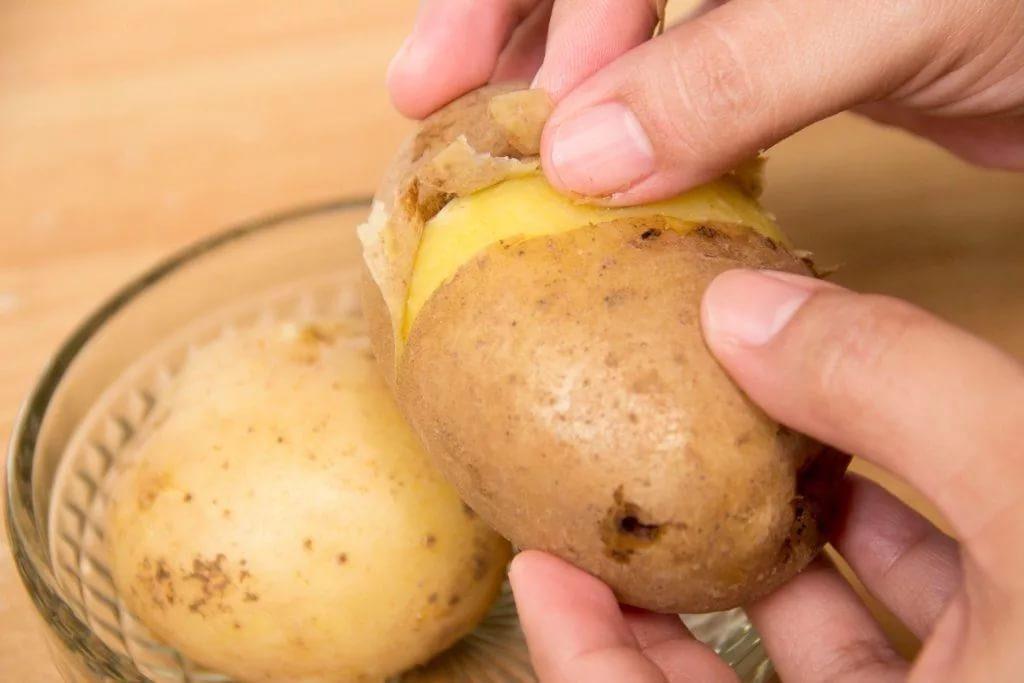 Чистка картофеля, сваренного в мундирах фото