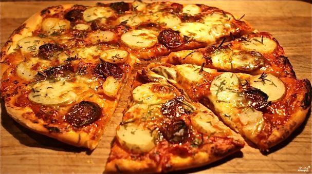 фото готовой пиццы с картошкой и колбасой