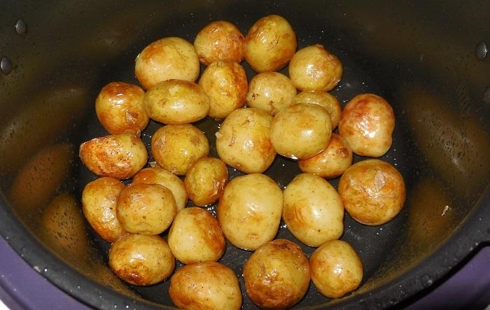 фото печеного в мультиварке картофеля