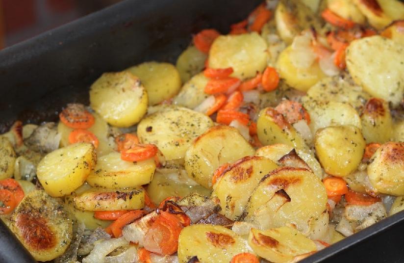 фото картошки с луком и морковью в духовке