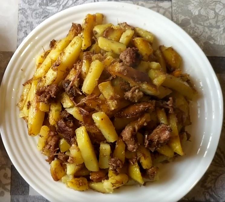 фото жареной картошки с тушенкой на сковородке