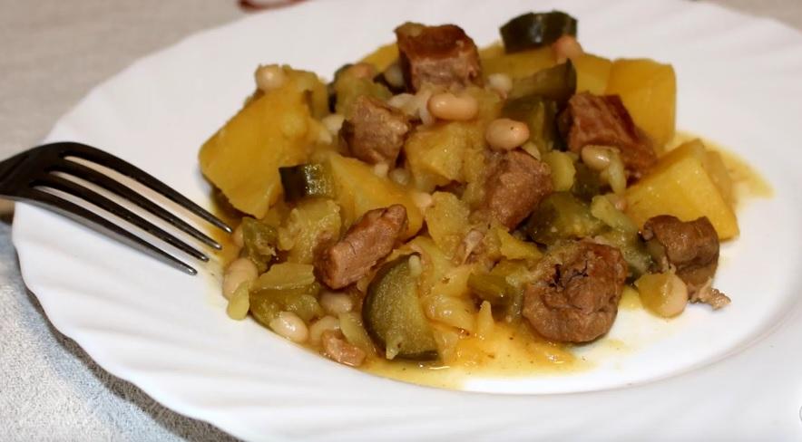 готовая тушеная картошка с солеными огурцами фото